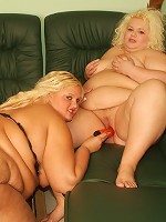 Chunky blondes Melinda Shy and Faye lez out and helping each other get off by sharing a dildo live